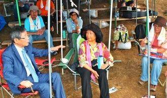 抗議行動を続ける女性たちに取材する大谷昭宏さん(左)=名護市、キャンプ・シュワブゲート前