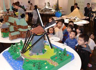 レゴで作られた精巧な世界遺産にくぎ付けになる浦添市内の園児たち=19日午前、浦添市美術館