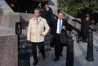 米議会調査局メンバーとの面談を終えた翁長雄志知事(左)=1日午後3時50分ごろ、米・ワシントン
