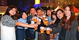 「飲みやすくて最高」と満面の笑みでビールを楽しむ来場者=18日午後7時ごろ(現地時間)、台北市・統一阪急百貨店2階「夢広場」