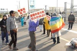 ゲート前で行進し、新基地建設に抗議する市民ら=11日午前9時ごろ、名護市辺野古