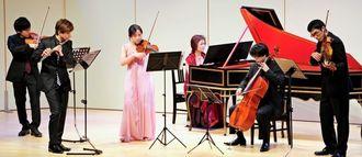 「ブランデンブルグ協奏曲第5番」を演奏する出演者=29日午後、那覇市久茂地・タイムスホール