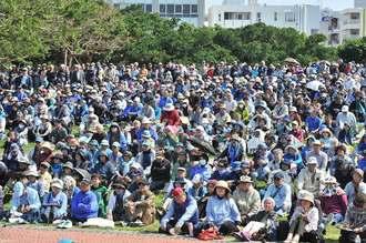 辺野古新基地建設断念を求め、県民大会に集まった人たち=16日午後2時35分、那覇市・新都心公園