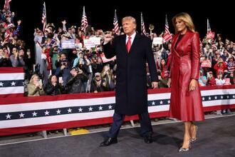 5日、米南部ジョージア州バルドスタの集会に参加したトランプ大統領とメラニア夫人(ロイター=共同)