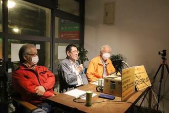 動画配信で街の魅力を紹介する松江天神町商店街の中村寿男理事長(中央)ら=20日午後、松江市