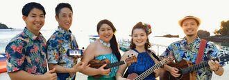 甲子園での具商校歌を録音した喜舎場奈美子さん(中央)とALOHAISAIのメンバー(提供)
