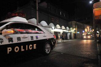 治安悪化のため石垣市美崎町の歓楽街を巡回する警察車両=2019年