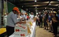 食べごろ果実に3万円! コンテスト受賞の沖縄産マンゴー、競りで最高値