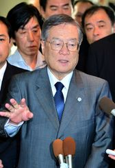 記者会見する森本氏(2012年9月11日)