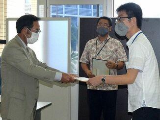 要請書を提出した大城重吉共同代表(左)=15日、沖縄防衛局