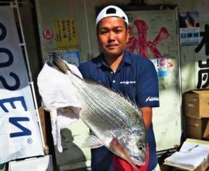 知念海岸で56センチ、3.1キロのチンシラーを釣った比嘉隆詞さん=11月28日