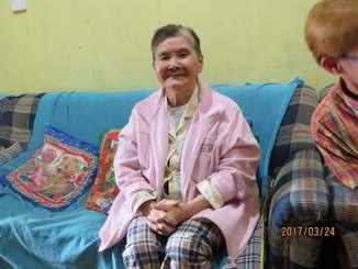 約60年前にフィリピンに渡って以来、会っていない家族に「元気ですか」と片言の日本語でメッセージを送る外間貞子さん=3月、フィリピン北部バギオ(下地准教授提供)