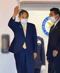 バイデン米大統領と初めて対面で会談するため、羽田空港を出発する菅首相=15日午後7時57分