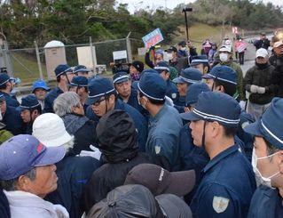 米軍キャンプ・シュワブ第2ゲート前でもみ合う新基地建設に抗議する市民らと機動隊員=27日午前7時16分、名護市辺野古
