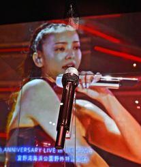 昨年9月、宜野湾海浜公園野外特設会場であった25周年記念ライブの映像とともに、実際に使用したマイクが展示されている