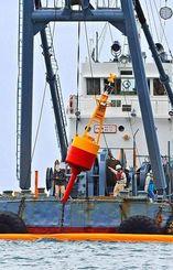 大浦湾の制限水域内にブイを設置する作業船=28日午後1時37分、名護市のキャンプ・シュワブ沖(国吉聡志撮影)