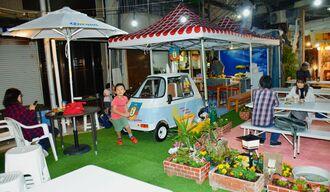 オープンした恵比寿御利益庭園。ミニビアカーで75BEERを提供する。子どもが遊べるスペースもある=13日、那覇市牧志のえびす通り