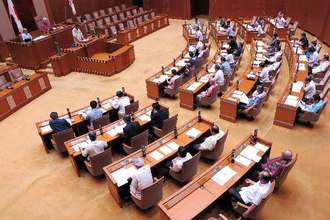 酒税軽減措置の延長を求める意見書案を全会一致で可決した沖縄県議会=6日