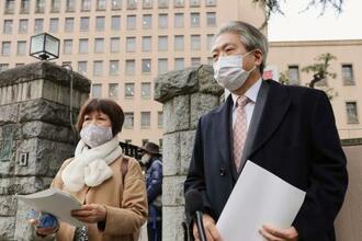 判決後、仙台高裁前で取材に応じる原告の平井ふみ子さん(左)と野村吉太郎弁護士=26日午後、仙台市