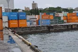 男性は写真奥の岸壁から海に転落したとみられる=13日、那覇市港町の那覇新港内