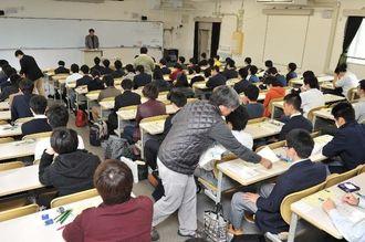 大学入試センター試験に臨む受験生=16日午前、琉球大学