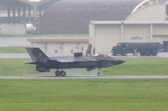 米軍嘉手納基地に飛来した岩国基地配備のF35B戦闘機=17日午前11時38分、嘉手納基地(読者提供)