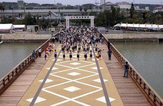 開通式の日の北明治橋=2003年8月9日