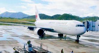 石垣空港に就航したJTA便の中型機ボーイング767=南ぬ島石垣空港