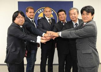 沖縄で新たに設立された「沖縄SV」の監督兼選手の高原直泰(左から3人目)と関係者ら=7日、那覇第2地方合同庁舎