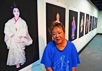 「亡くなった人もいるけれど、私の写真の中でかっこよく決めて生きてくれている」と語る石川真生さん=10日、那覇市民ギャラリー