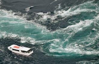 鳴門海峡で渦潮に近づく観潮船=22日午前、徳島県鳴門市沖(共同通信社ヘリから)