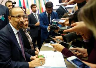 OPEC総会で取材に応じるサウジアラビアのファリハ・エネルギー産業鉱物資源相=6日、ウィーン(ロイター=共同)