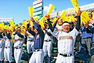 4回表の攻撃で同点に追い付き、スタンドの野球部員らも大歓声を上げた=25日、阪神甲子園球場
