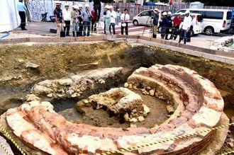 転車台 軽便鉄道那覇駅で、車両の方向転換などに使われていた転車台とみられる遺構。昨年9月に発見、直径約8メートル程度の円形。今後移築保存される