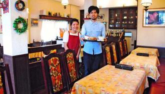 レトロな雰囲気の店内でムイさん(左)と中谷さんが出迎えてくれる=西原町嘉手苅