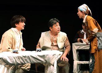 沖縄と青森の出身者が軍の作戦に巻き込まれていく物語「ハイサイせば」=東京都・こまばアゴラ劇場(山下昇平撮影)