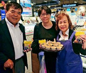 香港の日系スーパーで「味付たまご」の試食販売に参加した前田鶏卵の前田社長(左)=5月30日、香港(前田鶏卵提供)