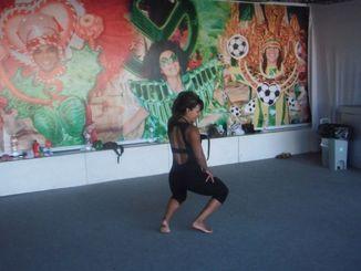 低い姿勢のボーラ(腰回し)は強じんな足腰と筋力、さらにはバランス感覚が必要