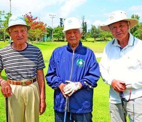 ゴルフを楽しむ知花さん(中央)、古堅さん(左)と安田さんの元村長トリオ=読谷村宇座・残波ゴルフクラブ