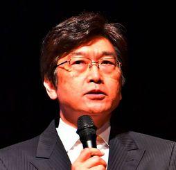 沖縄の歴史などから憲法について講演する伊藤真氏=3日、宜野湾市民会館