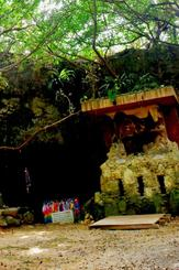 ガマ入り口の「世代を結ぶ平和の像」の前に、被爆ピアノを置くための板が設置された=読谷村波平のチビチリガマ