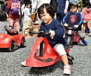 トランジットモールで思い切り遊ぶ子どもたち=3月31日、那覇市・国際通り