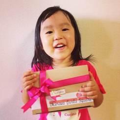焼き菓子セットを受け取られたご家族から届いた、お子様の写真と励ましのメッセージに新たな力をもらいました