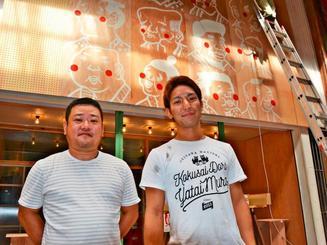 「でんすけ商店コザ」の経営者の田中大輔さん(左)と店長の佐久田朝行さん=16日、沖縄市・一番街商店街