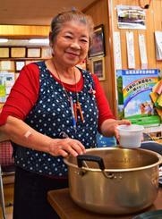 「エイジレス・ライフ」実践者に選ばれた上原苗子さん。100円昼食会では約30人分の料理を作る