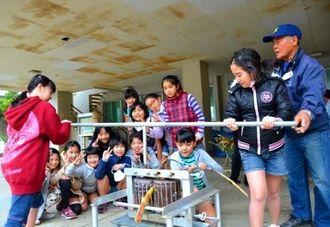 サーターグルマを回す子どもたち=1月28日、前田小学校