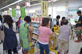 8日ぶりに入った食料品を買い求める客で混雑する店内=2日午後、宮古島市平良下里のサンエーV21カママヒルズ食品館