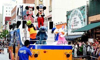 国際通りをパレードするミッキーマウス(上段右)とミニーマウスら。沿道には大勢の家族連れなどが詰め掛けた=10日午後2時すぎ(渡辺奈々撮影)