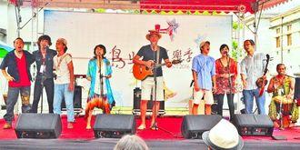「島嶼音楽季2016」の音楽交流会で、共同制作した曲を演奏する沖縄と台湾の音楽家=14日、台湾・花蓮文化創意産業園区(主催者提供)