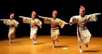 琉球・沖縄研究所の最終企画では多彩な琉球舞踊が披露された=26日、早稲田大学小野記念講堂